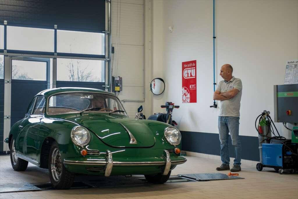 Frank Lülfing von ikonA7 bei der Restauration eines Porsche 356